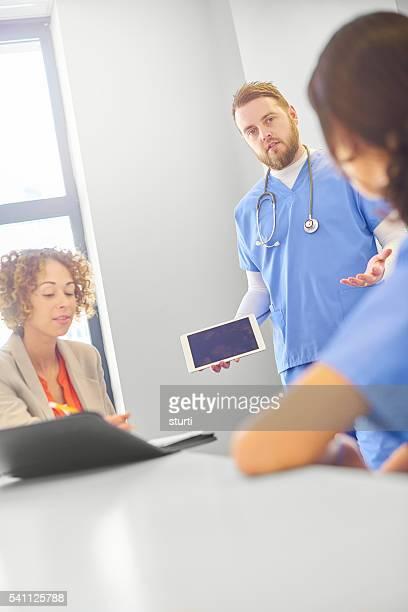 Médecins avec femme d'affaires