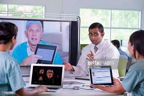 I medici che lavorano in teleconferenza