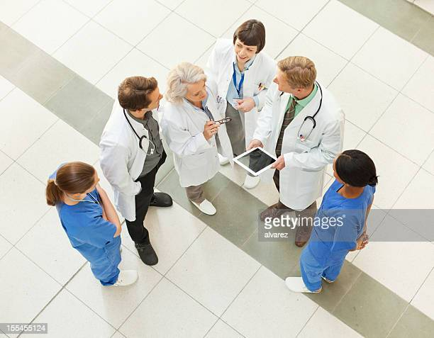 Ärzte arbeiten zusammen im Krankenhaus