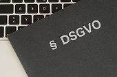 Ein Dokumentenmappe, Computer und Datenschutz Grundverordnung DSGVO