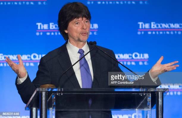 Documentary filmmaker Ken Burns speaks to the Economic Club of Washington in Washington DC on October 19 2017 / AFP PHOTO / SAUL LOEB