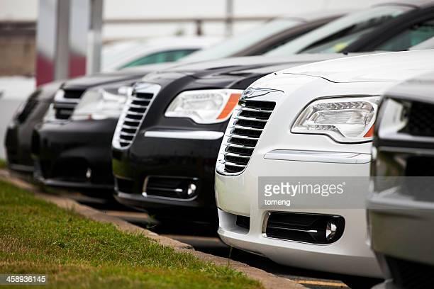 Dodge y Chrysler vehículos en una fila en salón de coches