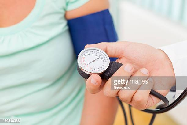 DoDoctor messen den Blutdruck von Patienten