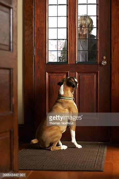 犬歓迎熟年女性の正面玄関