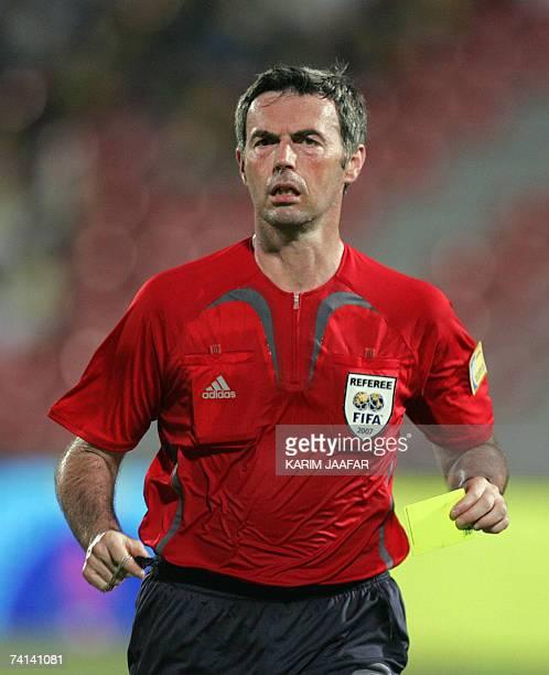 Italian referee Stefano Farina runs during a quarterfinal match between Qatar and alSadd for the Qatari Emir Cup in Doha 13 May 2007 AlSadd won 41...