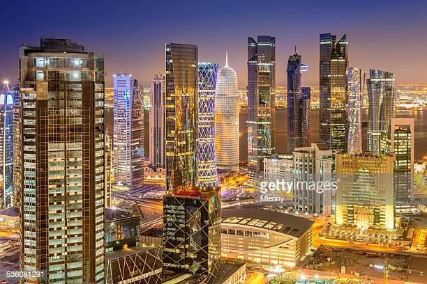 Skyline di Doha, Qatar paesaggio urbano dall'alto di notte