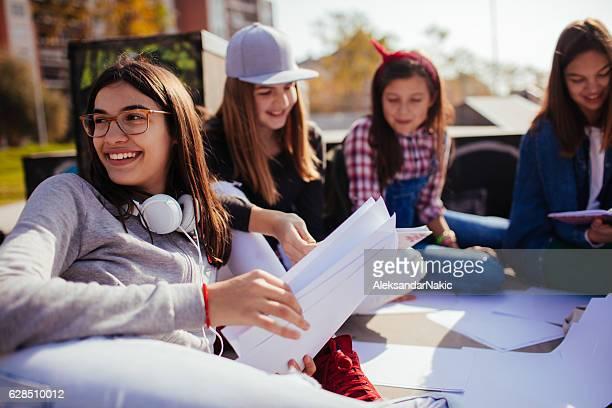 Bei Hausaufgaben zusammen