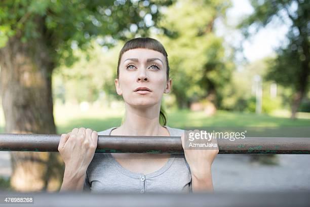 Bei pullups in einem Outdoor-park