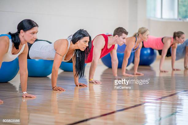 Push-ups im Fitnessstudio zu tun