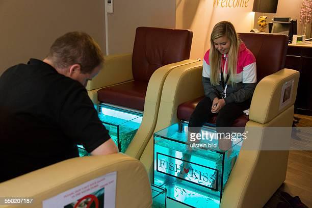 Doktorfische knabbern an den Füßen und Beinen der Kunden in einem Wasserbecken der Firma Fish and Kiss in Kopenhagen