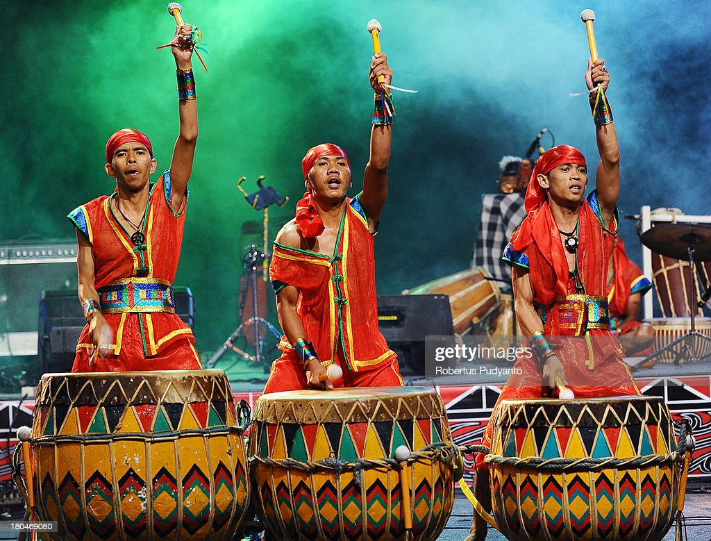 Bengkulu Indonesia  City new picture : Dol Arasta of Bengkulu, Indonesia performs in World Drum Festival as ...
