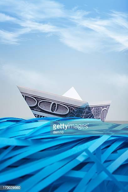 Imbarcazioni di carta strappati dollari