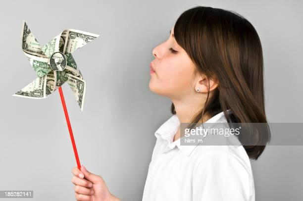 Dollar-Windrad zu kleinen niedlichen Mädchen