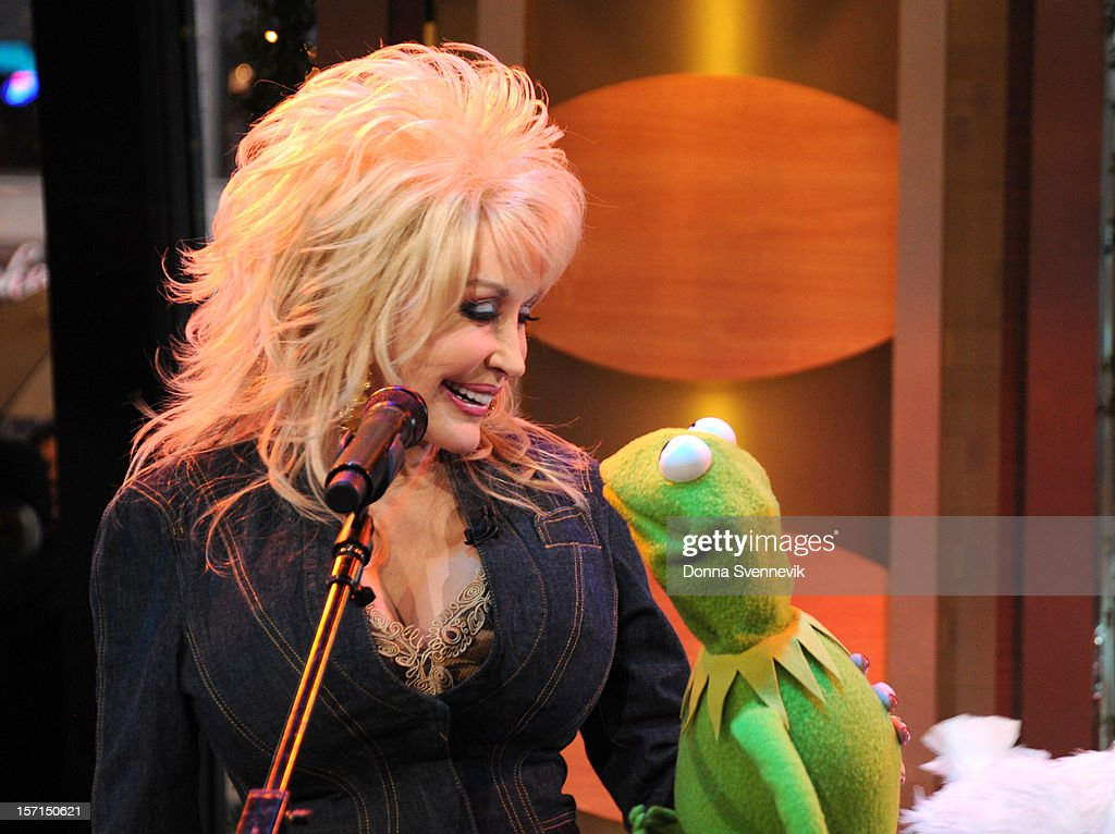 AMERICA - Dolly Parton duets with Kermit the Frog on 'Good Morning America,' 11/27/12, airing on the ABC Television Network. (Photo by Donna Svennevik/ABC via Getty Images) DOLLY