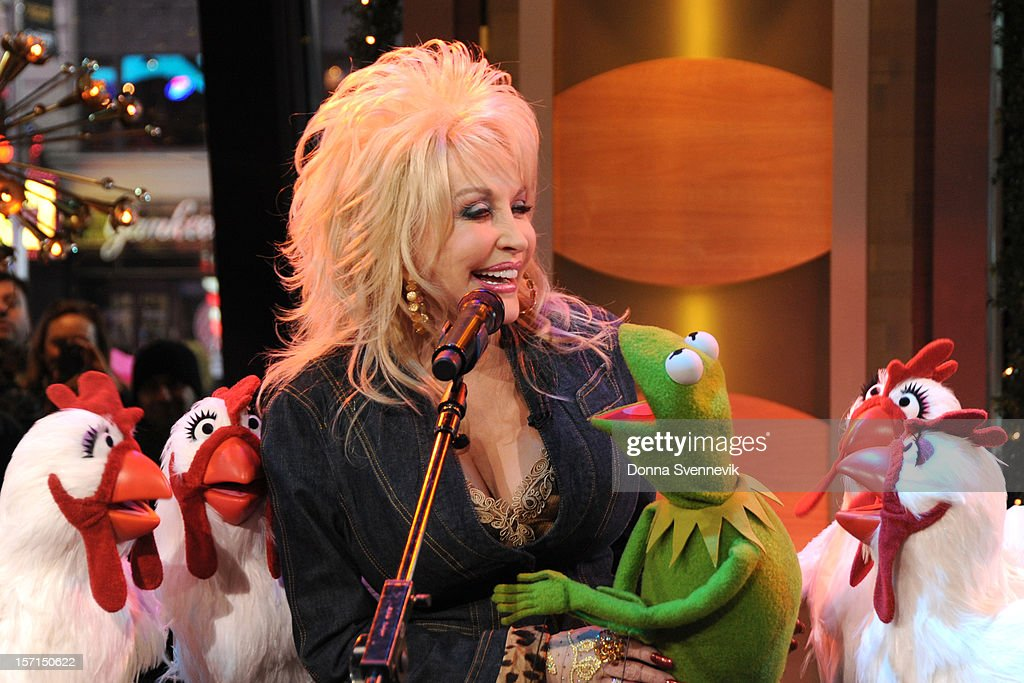 AMERICA - Dolly Parton duets with Kermit the Frog on 'Good Morning America,' 11/27/12, airing on the ABC Television Network. (Photo by Donna Svennevik/ABC via Getty Images) DOLLY PARTON, KERMIT THE FROG