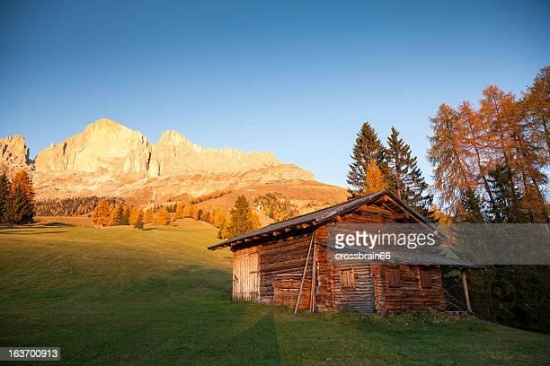 ドロミテで、夕暮れの高山の山小屋で静かな雰囲気