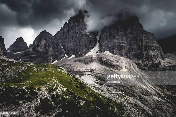 De la Brenta paysage des Dolomites avec brouillard, Italie