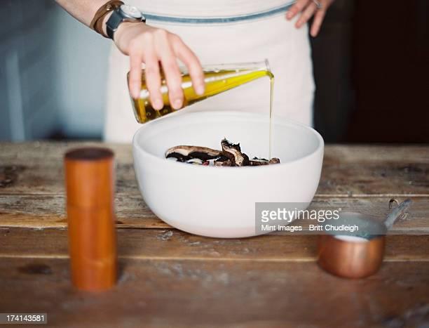 Die einheimische Küche. Eine Frau trägt eine Kochschürze-dressing