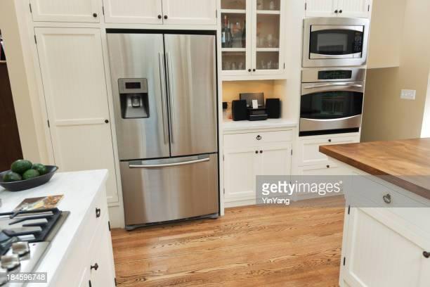 国内キッチンインテリア、冷蔵庫、モダンな電化製品の住宅