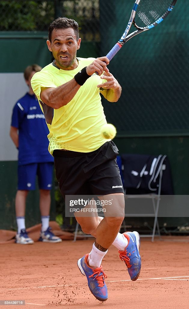Dominican Republic's Victor Estrella Burgos returns the ball to Spain's Feliciano Lopez during their men's second round match at the Roland Garros 2016 French Tennis Open in Paris on May 26, 2016. / AFP / Eric FEFERBERG