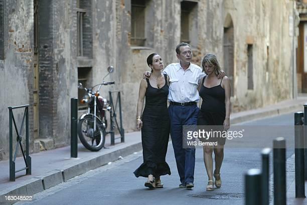 Dominique Baudis Head High Dominique BAUDIS son épouse Ysabel sa fille Florence enceinte se promenant dans les rues du vieux TOULOUSE