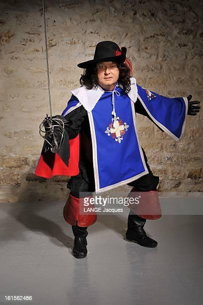 Dominique Besnehard Musketeer Pour Paris Match Dominique BESNEHARD s'amuse à jouer d'Artagnan attitude en costume de mousquetaire épée à la main