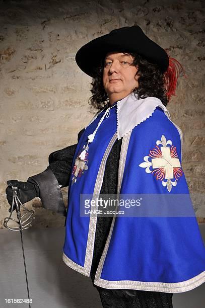Dominique Besnehard Musketeer Pour Paris Match Dominique BESNEHARD s'amuse à jouer d'Artagnan en costume de mousquetaire