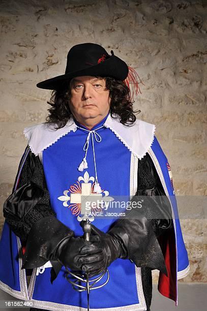 Dominique Besnehard Musketeer Pour Paris Match Dominique BESNEHARD s'amuse à jouer d'Artagnan posant en costume de mousquetaire épée à la main