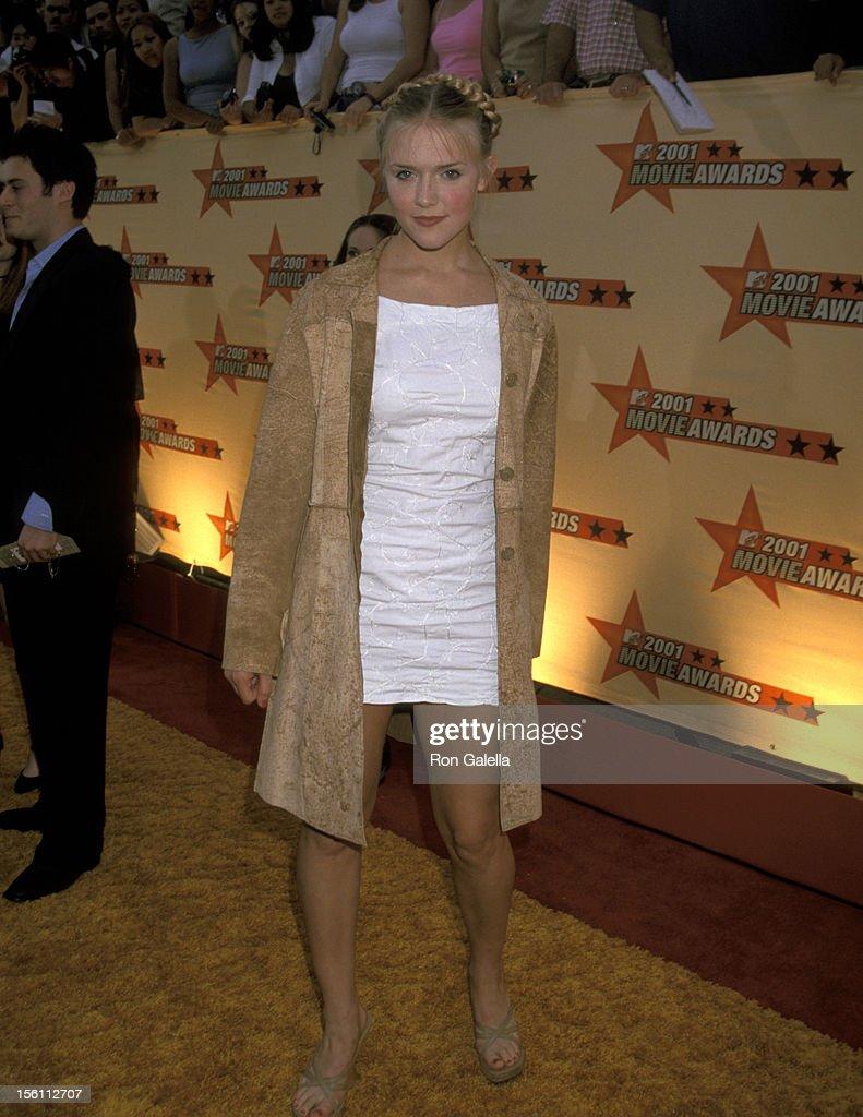 Dominique Swain during 2001 MTV Movie Awards - Arrivals at Shrine Auditorium in Los Angeles, California, United States.