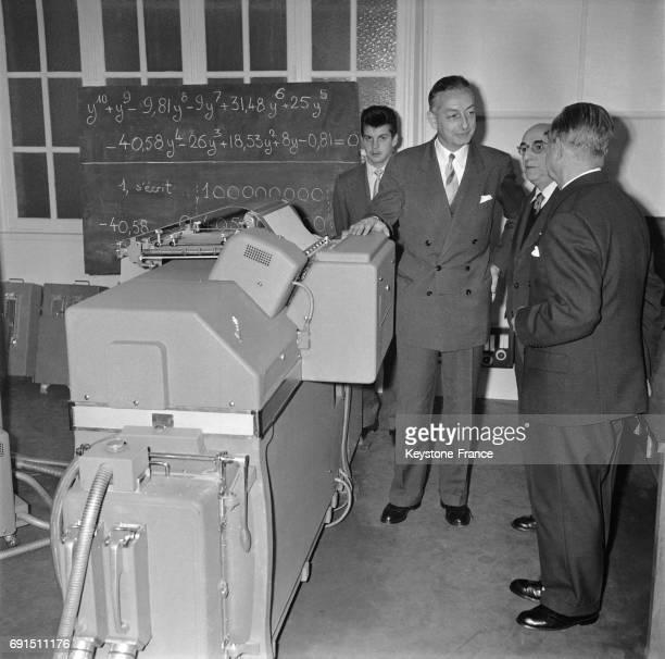 Don de la compagnie Bull au doyen de la faculté des sciences Henri Poincaré d'un calculateur électronique permettant aux étudiants de se familiariser...