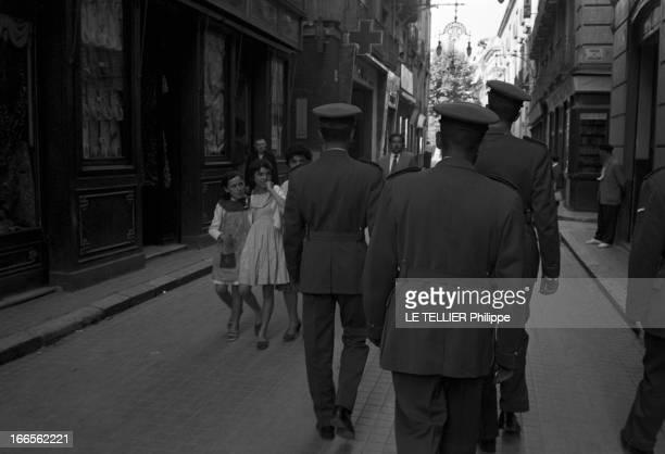 Don Juan Carlos Of Spain In The Army En Espagne dans une rue d'Alicante des fillettes regardant passer des militaires en uniforme de l'école...