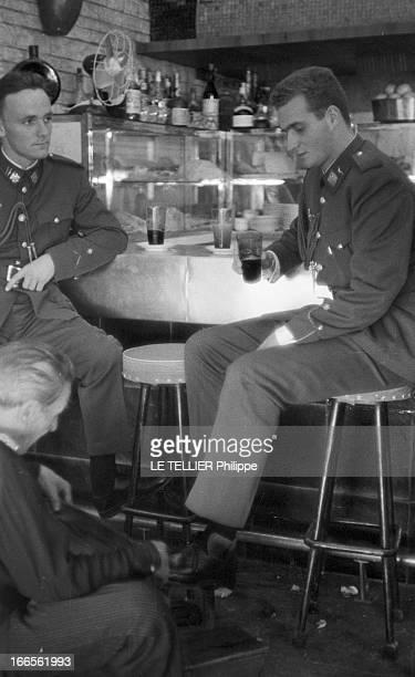 Don Juan Carlos Of Spain In The Army En Espagne à l'école militaire d'aviation de San Javier près d'Alicante au bar du mess le prince Juan CARLOS D'...