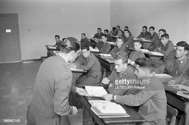 Don Juan Carlos Of Spain In The Army En Espagne à l'école militaire d'aviation de San Javier près d'Alicante dans une salle de cours un instructeur...