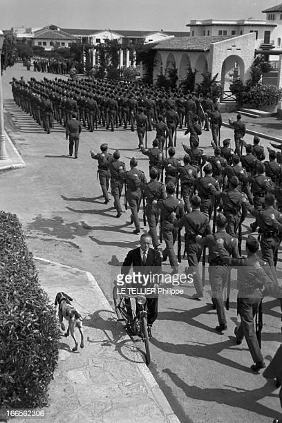 Don Juan Carlos Of Spain In The Army En Espagne un homme tenant son vélomoteur croisant le défilé des cadets de l'école militaire d'aviation de San...
