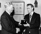 Don Revie von Manchester City erhältdie Trophäe 'Fussballer des Jahres'von Clifford Webb 1955