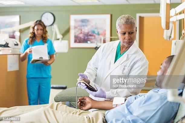 Doação center enfermeiro retirar o saco de sangue do doente da linha