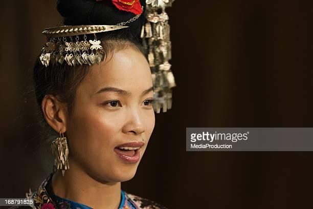 Dong fille chanter des vêtements traditionnels