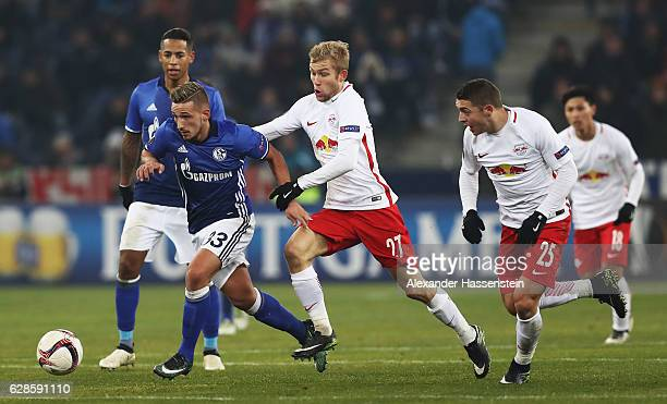 Donis Avdijaj of Schalke is challenged by Konrad Laimer of Salzburg during the UEFA Europa League match between FC Salzburg and FC Schalke 04 at Red...