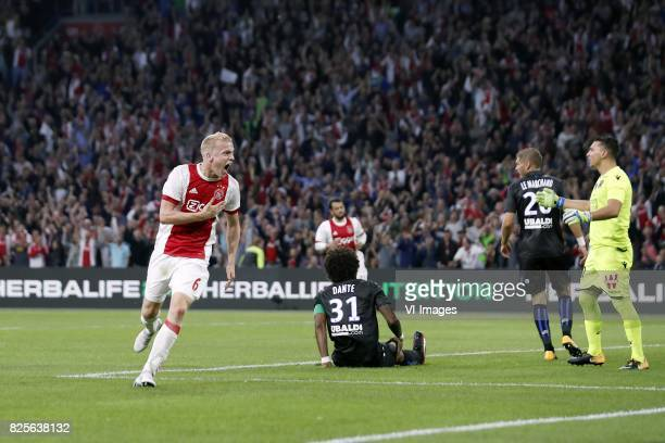 Donny van de Beek of Ajax Amin Younes of Ajax Dante of OCG Nice Maxime Le Marchand of OCG Nice goalkeeper Yoan Cardinale of OCG Nice during the UEFA...