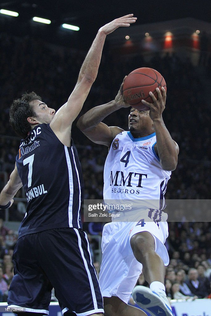 Dontaye Draper #4 of Real Madrid competes with Sasha Vujacic #7 of Anadolu Efes during the 2012-2013 Turkish Airlines Euroleague Top 16 Date 7 between Anadolu EFES Istanbul v Real Madrid at Abdi Ipekci Sports Arena on February 14, 2013 in Istanbul, Turkey.