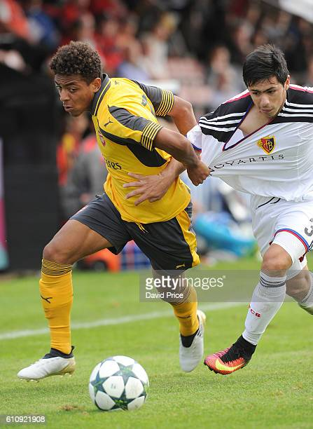 Donyell Malen of Arsenal takes on Blas Miguel Riveros Galeano of Basel during the UEFA Champions League match between Arsenal FC and FC Basel 1893 at...