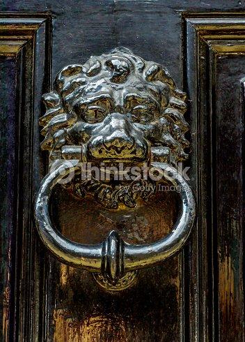 Porte avec heurtoir laiton sous la forme dune t te de lion belle entr e de la maison photo - Heurtoir de porte tete de lion ...