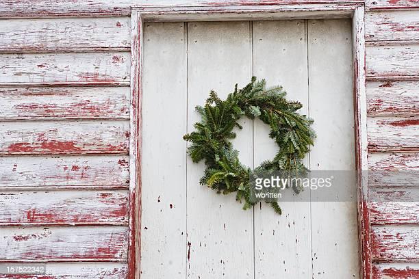 Porta d'ingresso con ghirlanda di Natale