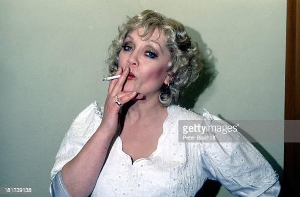 'Lily und Lily' Kostüm Zigarette Theater Schauspielerin Promis Prominente Prominenter
