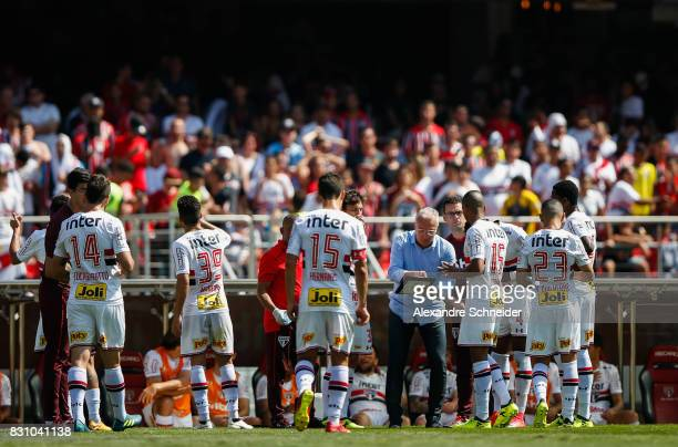 Dorival Juior head coach of Sao Paulo talks to his players during the match between Sao Paulo and Cruzeiro for the Brasileirao Series A 2017 at...