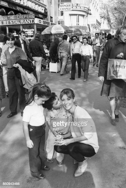 Dorothée agenouillée à côté de jeunes admirateurs le 13 avril 1981 France