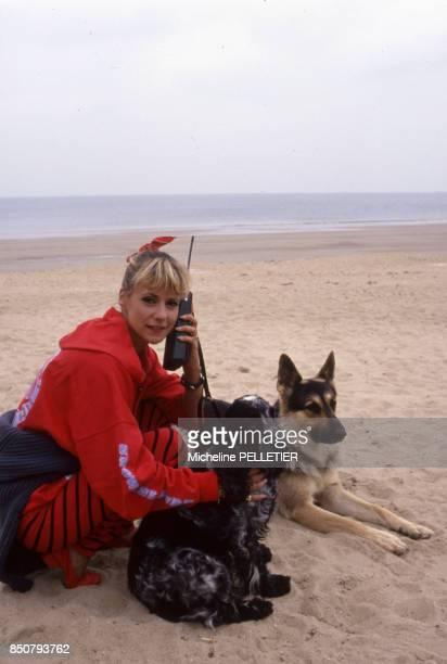 Dorothée avec son chien en vacances le 17 juin 1988 à La Baule France