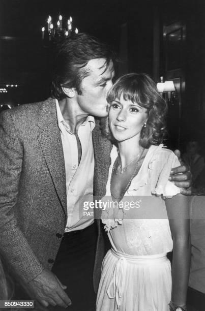 Dorothée félicitée par Alain Delon lors de la première du film 'Pile ou Face' le 13 août 1980 à Paris France