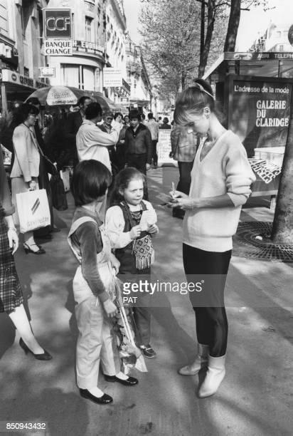 Dorothée à la rencontre de jeunes admirateurs le 13 avril 1981 France