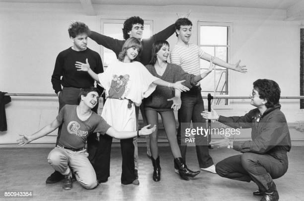 Dorothée répète son nouveau spectacle 'Dorothée tambour battant' avec notamment Jacky debout à gauche et Ariane à droite en mars 1982 à Paris France